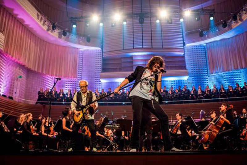 Premiera Foreigner with 21st Century Symphony Orchestra & Chorus